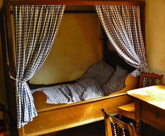 schlafzimmer das bett aufstellen f r einen ruhigen schlaf m bel blog. Black Bedroom Furniture Sets. Home Design Ideas