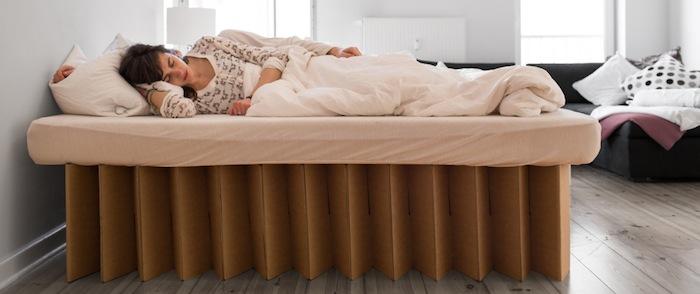 ein bett aus wellpappe das ist das room in a box bett. Black Bedroom Furniture Sets. Home Design Ideas