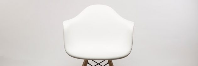 Fünf (Design-)Esszimmerstühle, die in ein modernes Wohnzimmer gehören